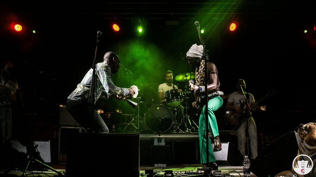 Vaudou Game e Arsene Duevi in concerto @ Parco Tittoni, Desio (Monza e Brianza). Produzione Suoni Mobili. Fotografa ufficiale Parco Tittoni (Monza e Brianza), foto concerti ed eventi.